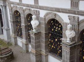 La grille de la salle des fraîcheurs avec ses feuilles de vignes et raisins