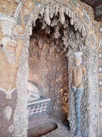 Les stalactites apportées d'une authentique grotte