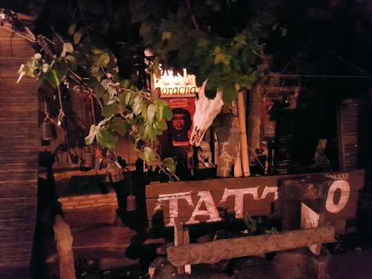 La boutique face au temple Wat Jedyod à Chiang Rai