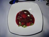 sphère chocolat, crème mascarpone et fruits