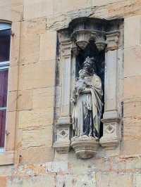 Une statue ornant une vieille demeure bourgeoise