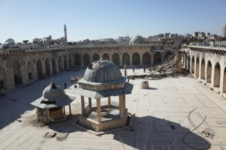 Vue de la mosquÇe des Omeyyades d'Alep et le minaret ÇcroulÇ, Syrie