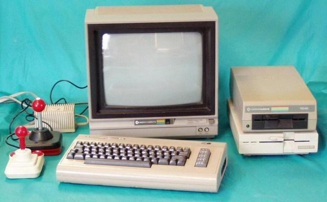 Commodore 64 в полной комплектации: с монитором, дисководами и джойстиками