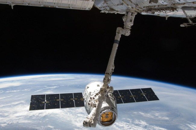 Грузовой корабль SpaceX Dragon пристыковывается к Международной космической станции