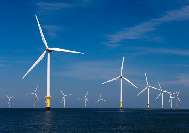 Крупнейшая в мире ветровая электростанция London Array построена в море возле берегов Великобритании (630 МВт)