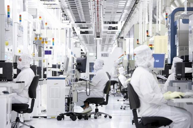 Рабочий день на заводе GlobalFoundries в немецком городе Дрезден
