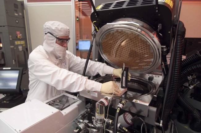 На заводе Intel кипит работа