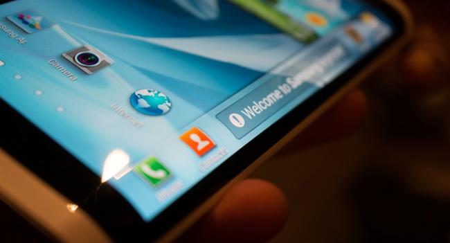 Samsung планирует выпустить смартфон с изогнутым трехсторонним дисплеем