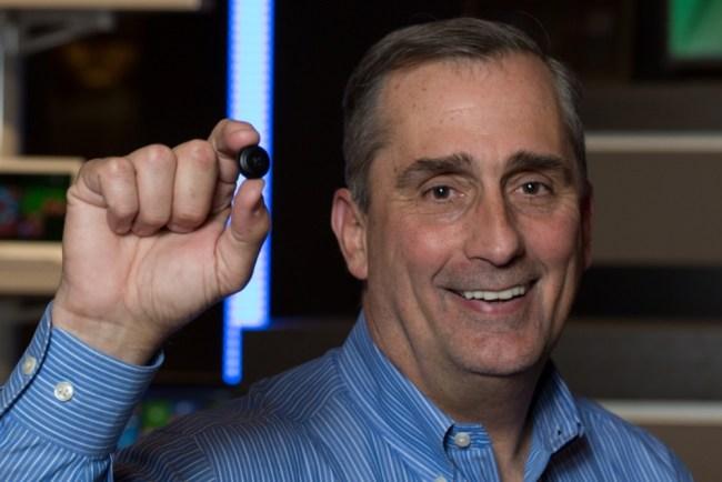 CEO Intel Брайан Кржанич (Brian Krzanich) держит в руках модуль Intel Curie, спрятанный внутри пуговицы