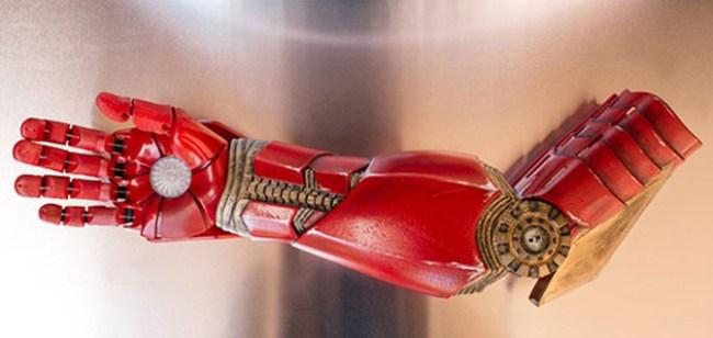 Для 7 летнего мальчика методом 3D-печати создан бионический протез в виде перчатки Железного человека