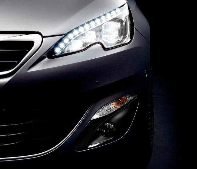 Новый Peugeot 308 первым в мире приносит полностью светодиодные фары в относительно доступный и народный С-класс. Установка LED-фар потянула за собой и общее изменение передней части автомобиля.
