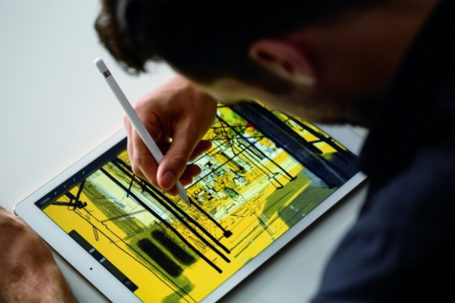 Чтобы зарядить стилус Apple Pencil через Lightning кабель, потребуется использовать адаптер