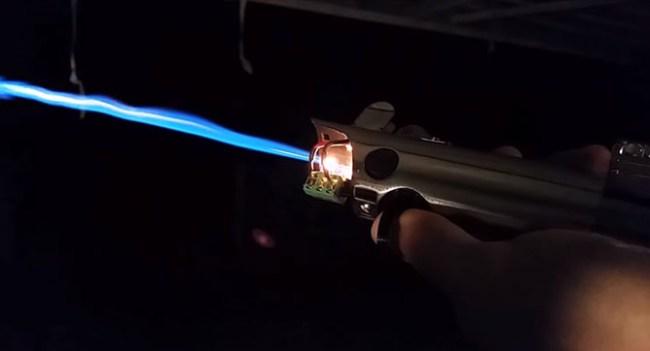 Инженер создал самодельную версию светового меча