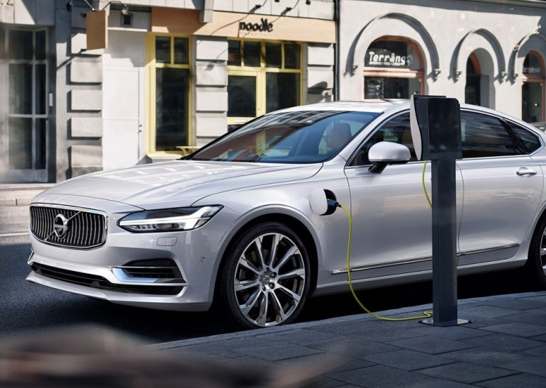 Компания Volvo призывает участников автомобильной отрасли создать единую стандартную систему для зарядки электромобилей