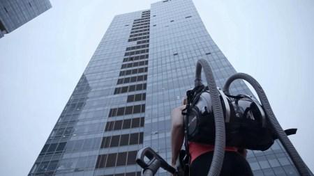 Скалолазка забралась по стене на 33-этажное здание с помощью двух пылесосов