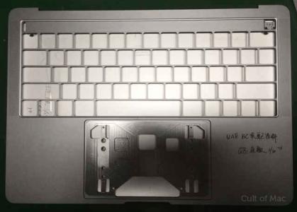 Фото дня: нижняя часть корпуса нового MacBook Pro с местом под сенсорную OLED-панель и отверстиями для четырех разъемов USB-C