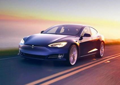 Tesla программно расширила модельный ряд электромобилей, выпустив Model S 60 и Model S 60D с ограниченной ёмкостью батареи