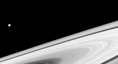 Фото дня: спутники Сатурна Диона и Эпиметей «глазами» станции Cassini