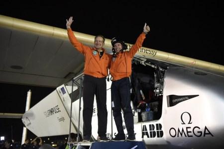 Самолет на солнечных батареях Solar Impulse 2 наконец завершил свое кругосветное путешествие: 40 тыс. км и 505 часов в воздухе