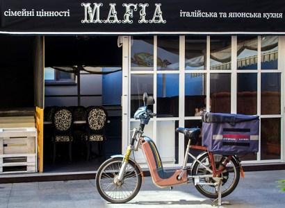 Сеть ресторанов Mafia начала доставлять заказы в Киеве с помощью электровелосипедов