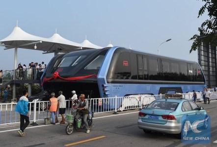 В Китае начались полевые испытания монструозных автобусов-тоннелей TEB, способных «парить» над дорожными пробками