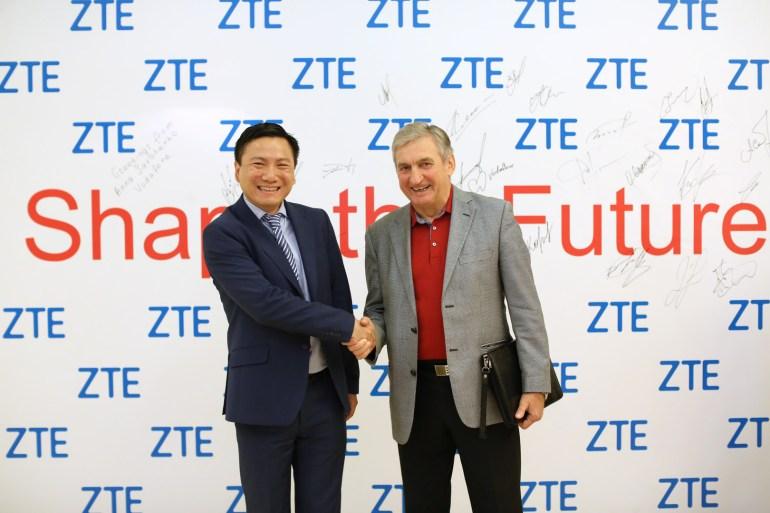 Хуан Минси, директор ZTE Украина и Олег Проживальский, директор по корпоративному управлению и контролю Vodafone Украина