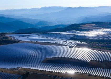 В Китае строят крупнейшую в мире солнечную электростанцию из 6 миллионов панелей суммарной мощностью 2 ГВт
