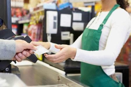 НБУ: 68% украинцев платит наличными, потому что у продавцов нет возможности принять платежную карту