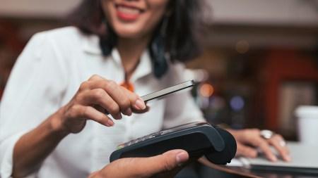 Владельцы карт Visa ПриватБанка теперь могут рассчитываться за покупки смартфоном и «делиться» картами с друзьями с помощью кардшеринга