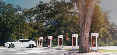 Tesla будет бороться с теми, кто использует общественные станции Supercharger как парковку