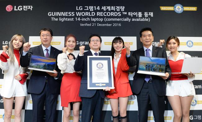 LG Gram 14 массой 860 г занесен в Книгу рекордов Гиннеса как самый легкий ноутбук с 14-дюймовым экраном