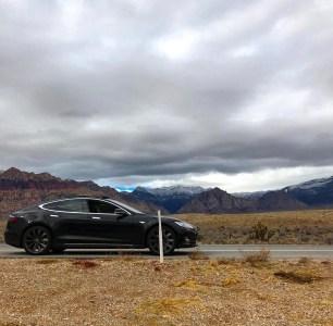 Владелец Tesla Model S застрял в пустыне Мохаве, положившись на возможности управления электрокаром при помощи смартфона