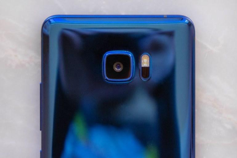 Смартфон HTC U Ultra: корпус из стекла и металла, дополнительный дисплей, ИИ Sense Companion и отсутствие аудиоразъема