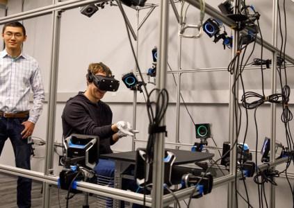 Марк Цукерберг показал прототип перчаток виртуальной реальности Oculus