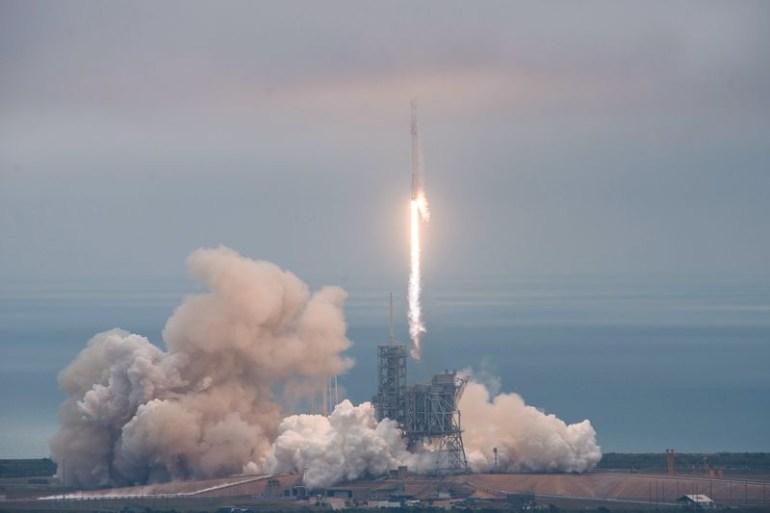 SpaceX успешно приземлила ракету Falcon 9 после запуска грузовика Dragon к МКС. Впервые использовалась площадка, с которой взлетали корабли «Аполлон» и «Спейс Шаттл»