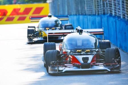 Беспилотный гоночный электромобиль DevBot с искусственным интеллектом попал в аварию в первой же гонке RoboRace
