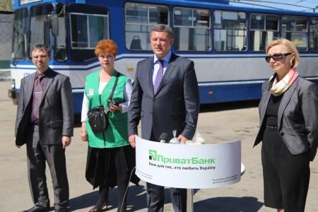 «Передаем кредитки за проезд!»: В Херсоне впервые в Украине установили POS-терминалы в общественном транспорте для оплаты проезда