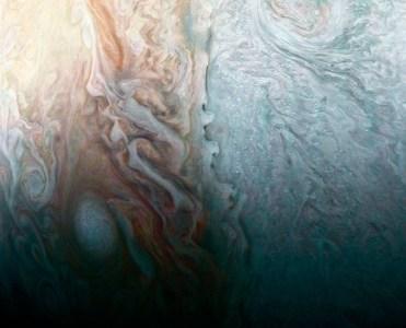 Станция «Юнона» прислала завораживающие снимки облаков Юпитера