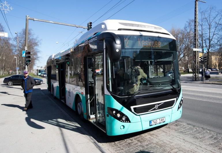 """""""Комфорт и экология"""": почему Таллинн отказывается от троллейбусов и переходит на гибридные автобусы"""