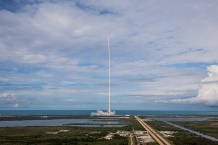 SpaceX впервые запустила уже летавший грузовик Dragon. И посадила одиннадцатую по счету первую ступень Falcon 9