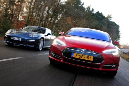 «Электрофорсаж»: Спорткупе Porsche попыталось догнать Tesla Model S в реальной гонке со светофора [видео]