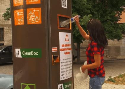 В Харькове появилась умная мусорка, которая выдает сувениры за сданный пластик