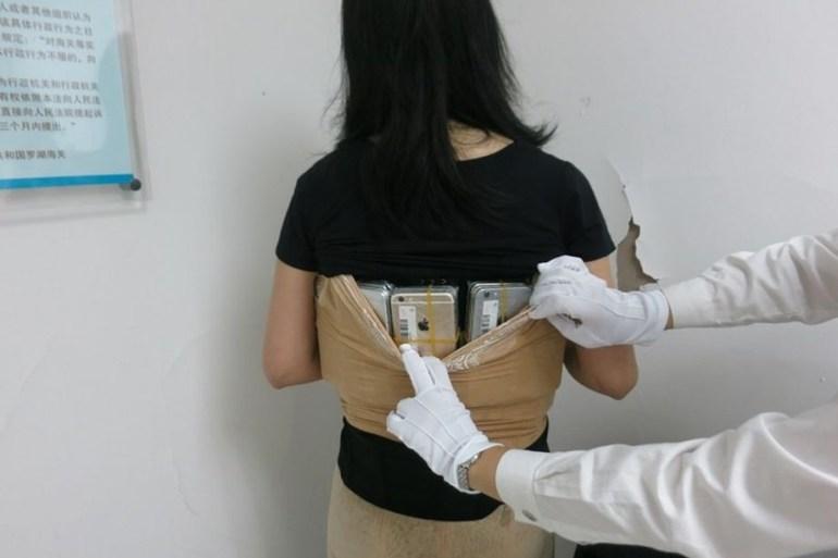 В Китае поймали контрабандистку, которая закрепила на теле 102(!) смартфона iPhone и 15 дорогих часов общим весом 20 кг