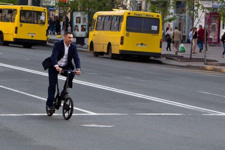 В Киеве открыли первые совмещенные полосы для одновременного движения велосипедов и общественного транспорта