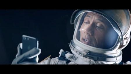 Apple сняла шуточный рекламный видеоролик с Дуэйном «Скалой» Джонсоном и Siri в главных ролях