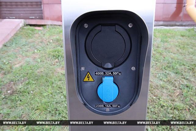 В Беларуси представили первый белорусский электромобиль на базе китайского седана Geely SC7 [видео]