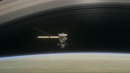 Cassini готовится к своему прощальному «вальсу» перед драматическим погружением в атмосферу Сатурна