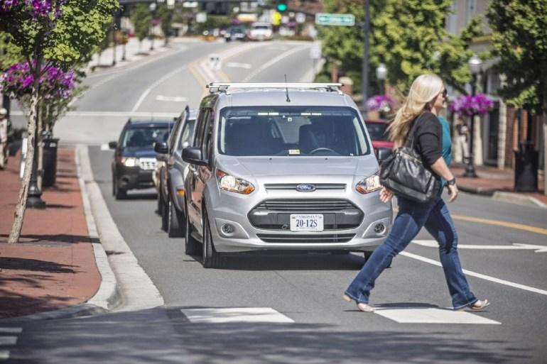 Ford замаскировала водителя под кресло, чтобы испытать световую систему оповещения пешеходов для беспилотных автомобилей [видео]