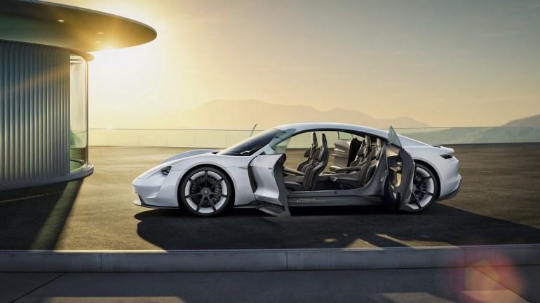 """Porsche проводит дорожные испытания электромобиля Mission E (первые """"живые"""" фото), используя для сравнения Tesla Model S и X"""