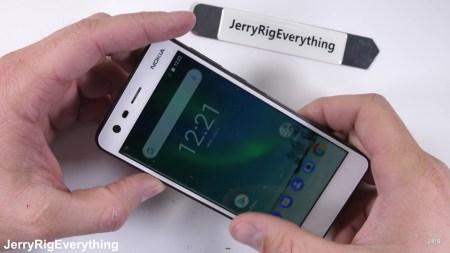 Бюджетный смартфон Nokia 2 отлично справился с тестами на прочность от JerryRigEverything [видео]
